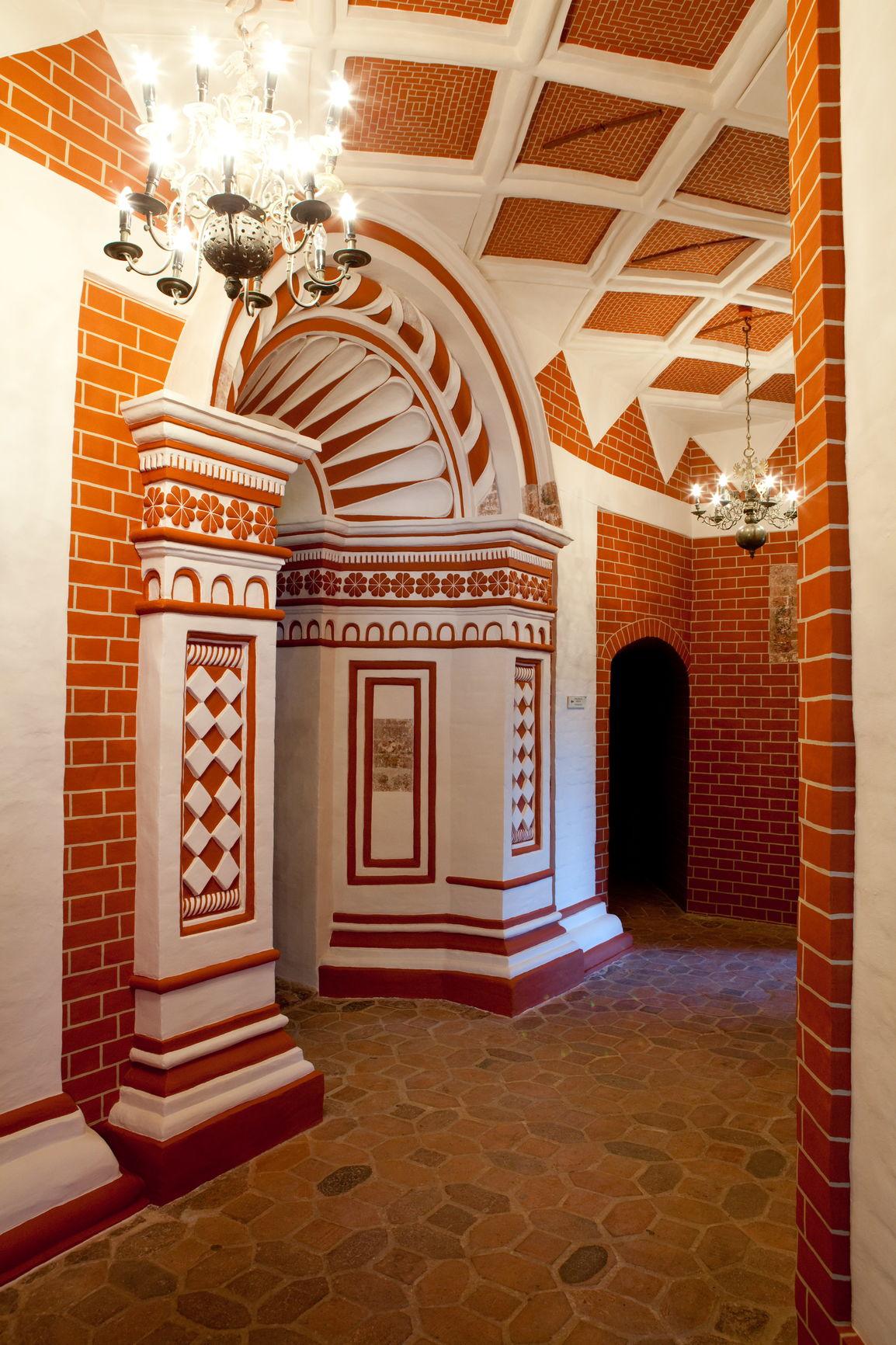 Роспись «под кирпич» на западном участке внутренней галереи храма