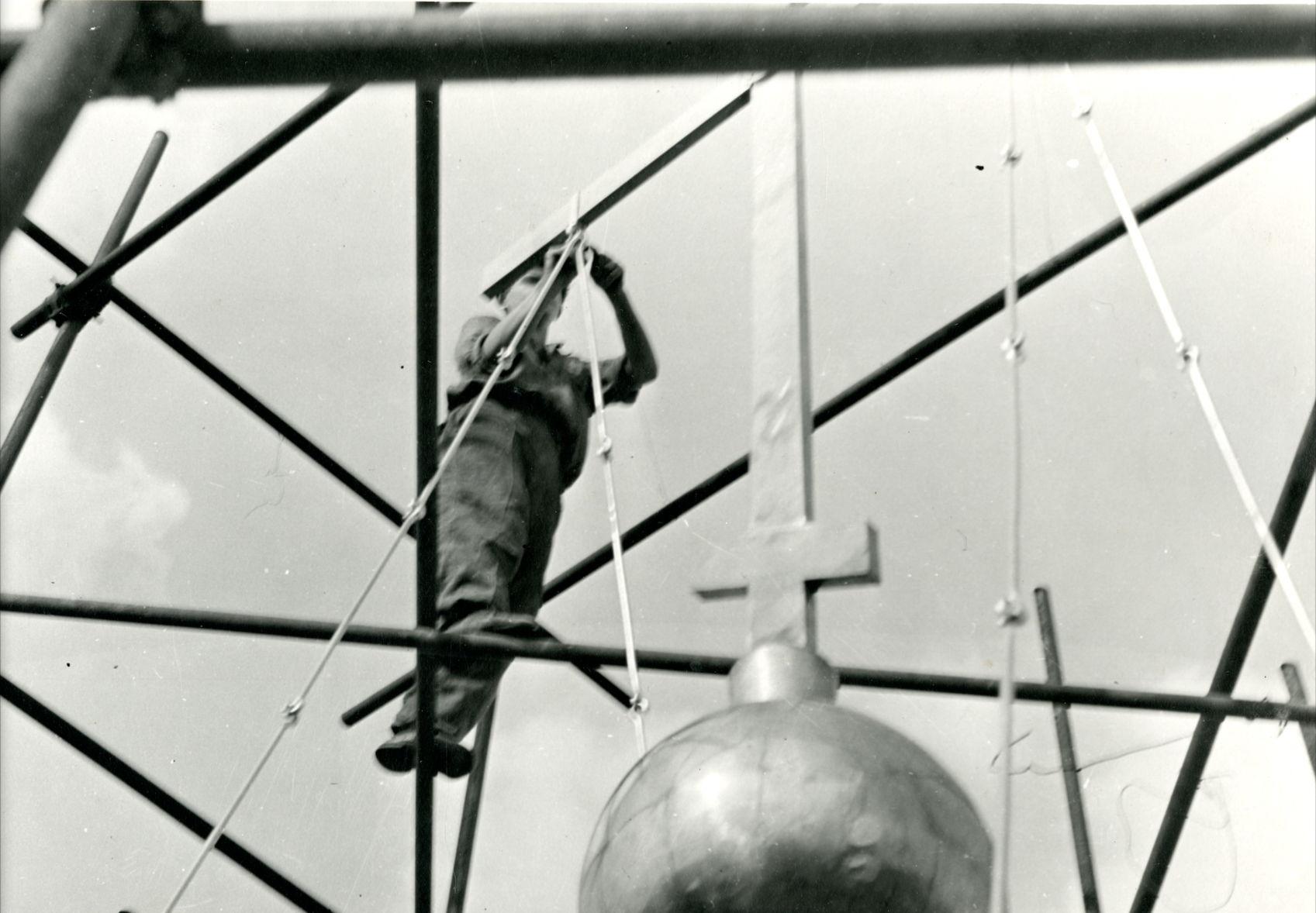 Установка растяжек креста на главе центральной церкви собора. 1955 г. Архив отдела «Покровский собор»