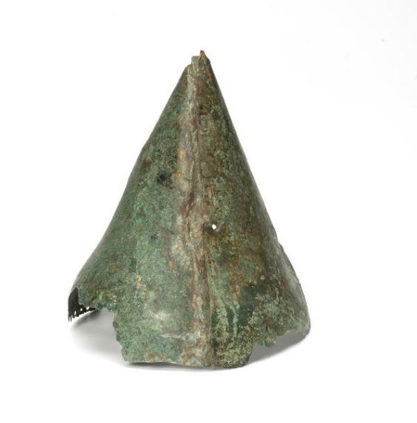 Шлем из могильника Фаскау (Северная Осетия).VIII – VII вв. до н.э. ГИМ. Оп. Б. 497/1463. Экспозиция Зал 5, витрина 1. Фото ГИМ.