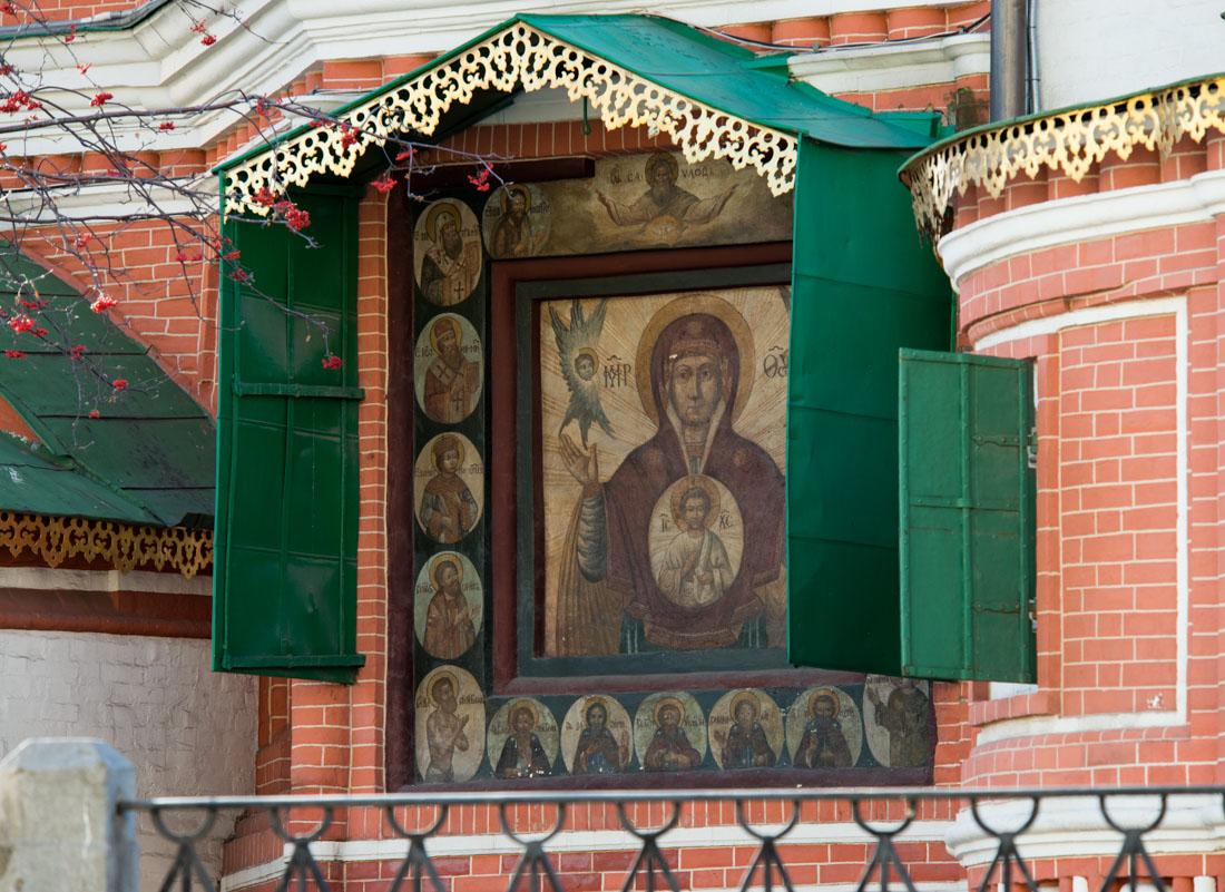 Икона Божией Матери Знамение со святыми на полях. Конец XVII в. Восточный фасад Покровского собора
