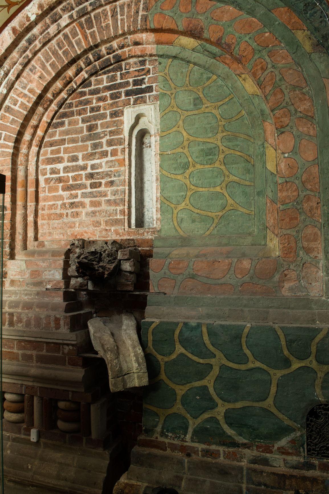 Пример фасадной росписи «под дикий камень». XVIII в. Архитектурная экспозиция Покровского собора
