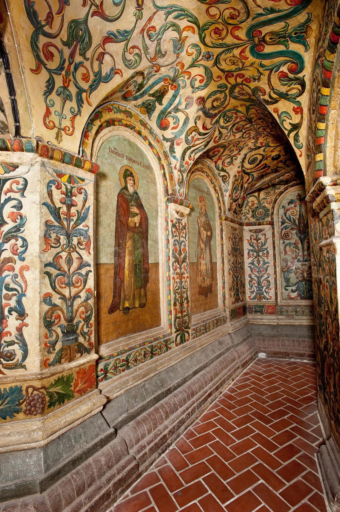 Сюжетно-орнаментальная роспись на восточном участке внутренней обходной галереи храма. XIX в.