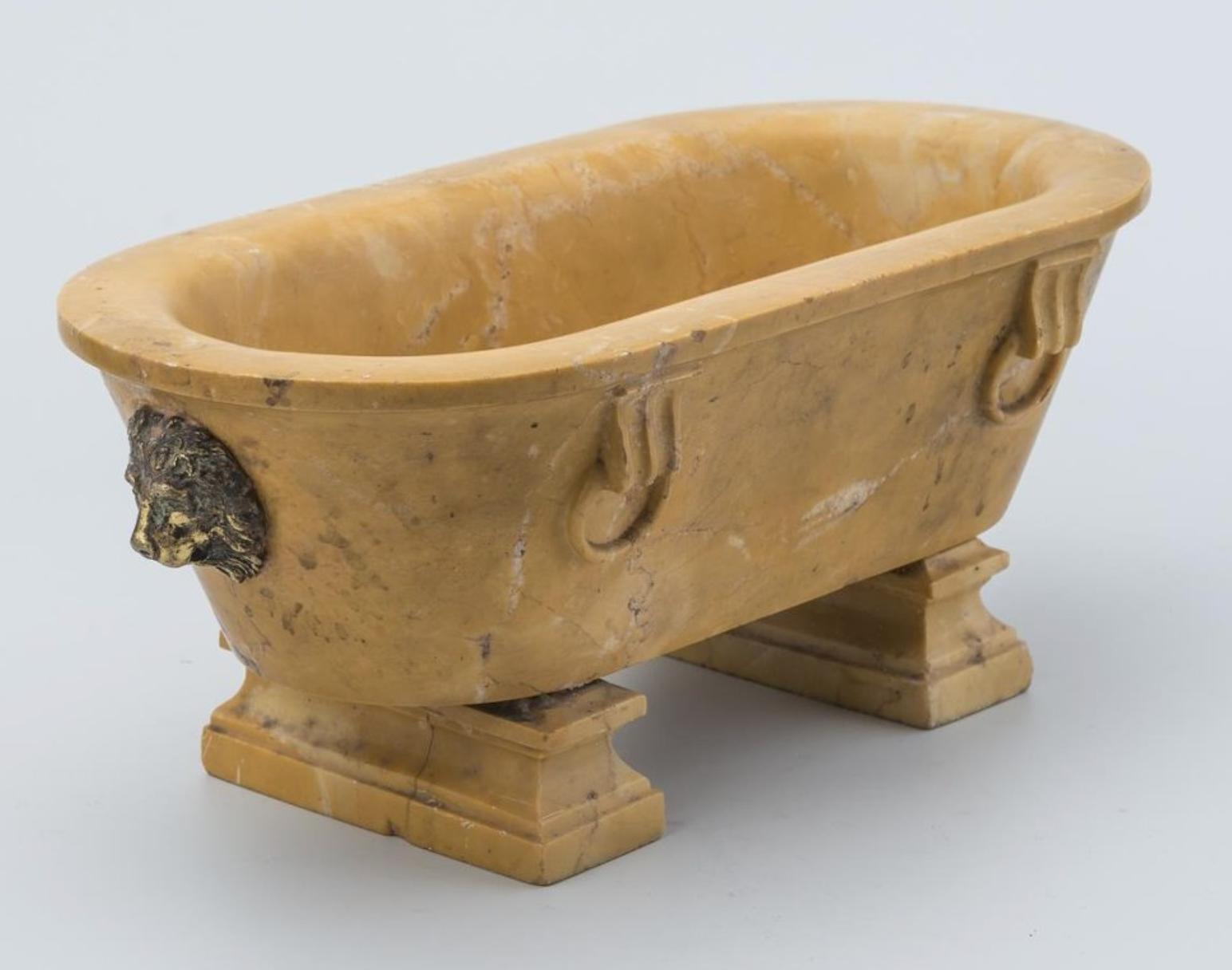 Чернильный прибор в виде саркофага. XVIII в.