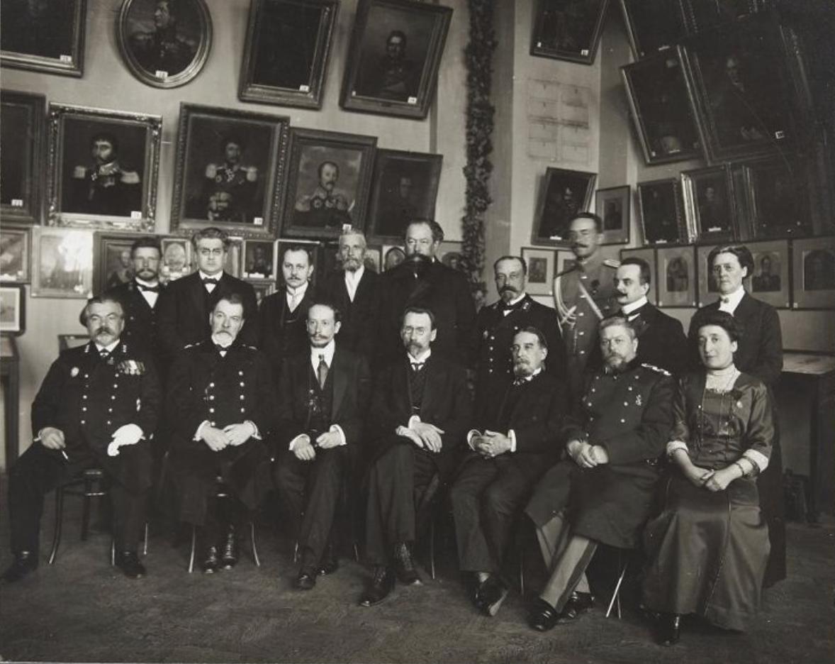 Члены Бюро выставки в Историческом музее. Москва, 1912 Сидят: третий справа барон де Бай, пятый справа Альбер Депрео