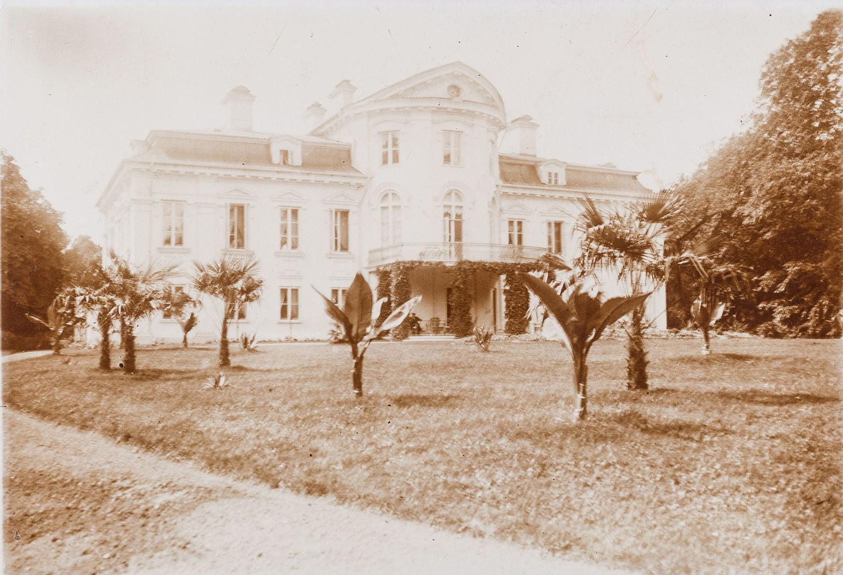 Парковый фасад дома в имении Поезиоры Волковышского уезда Сувалкской губернии. 1910 г. Бумага, серебряно-желатиновый отпечаток