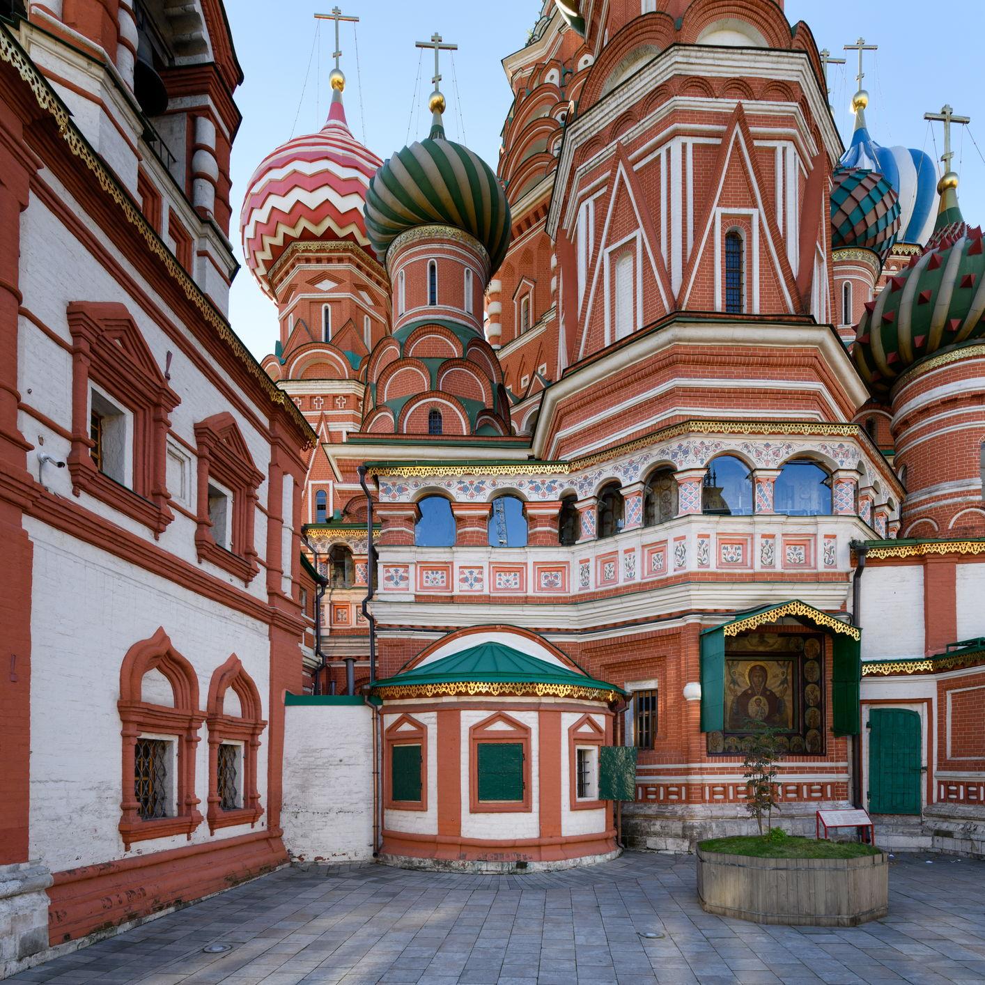 Церковь святого Иоанна Блаженного и икона Богоматери Знамение на фасаде церкви святой Троицы