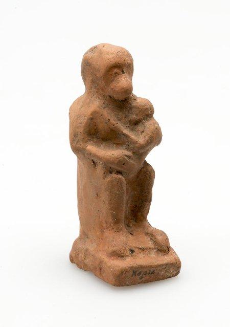 Терракотовая статуэтка — сидящая на корточках обезьяна с детёнышем на руках. IV в. до н. э. Российская империя. Таврическая губ., г. Керчь