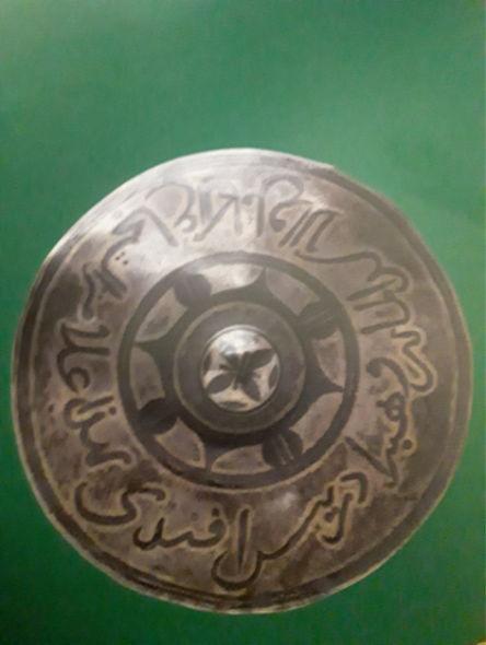 Награда Шамиля для отличившегося воина.  Кавказ, 1840–1850-е гг. Надпись на арабском: «Это знак совершенно доблестного льва-мусульманина». Серебро, чернение, гравировка.