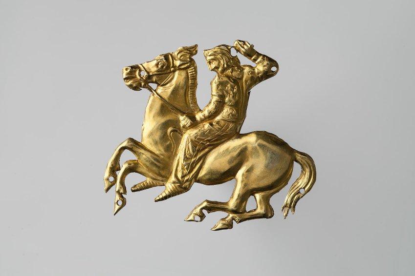 Бляшка нашивная фигурная - конный скиф. Около 350 г. до н.э.