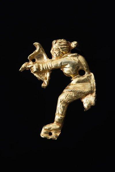 Бляшка нашивная фигурная: скиф, стреляющий из лука. Около 350 г. до н. э.