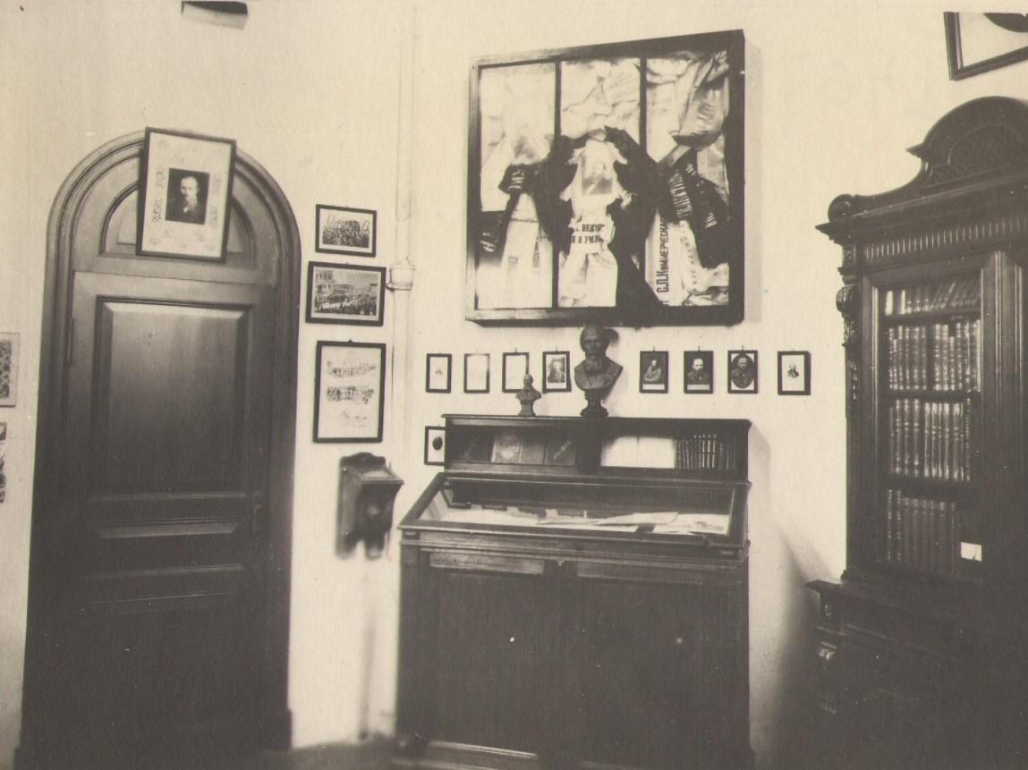 Экспозиция музея памяти Ф.М. Достоевского в Российском Историческом музее. Репродукция с фотографии. 1920-е гг. ГИМ